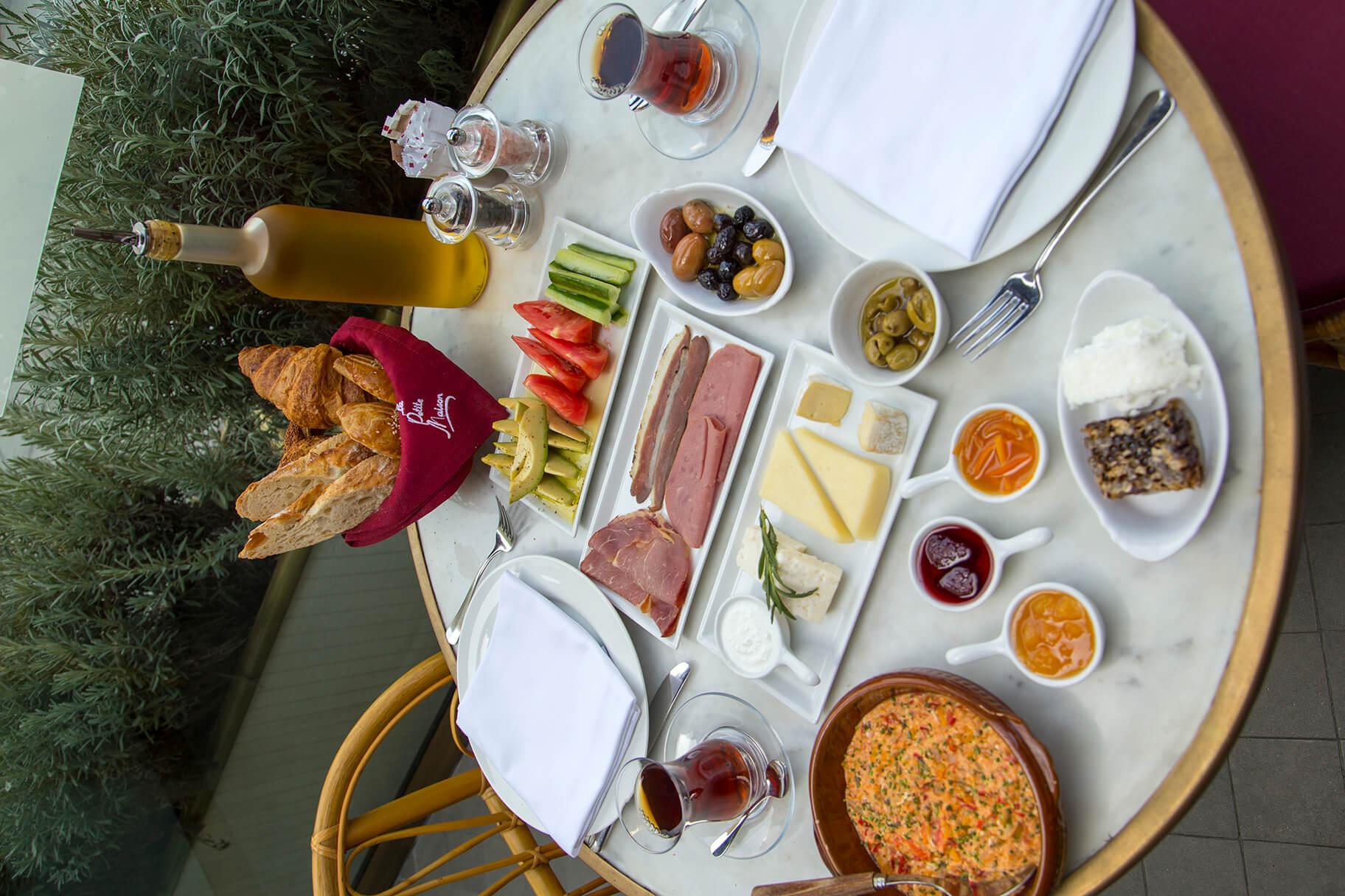 La Petite Maison'da İkonik Fransız Kahvaltısına Türk Dokunuşu